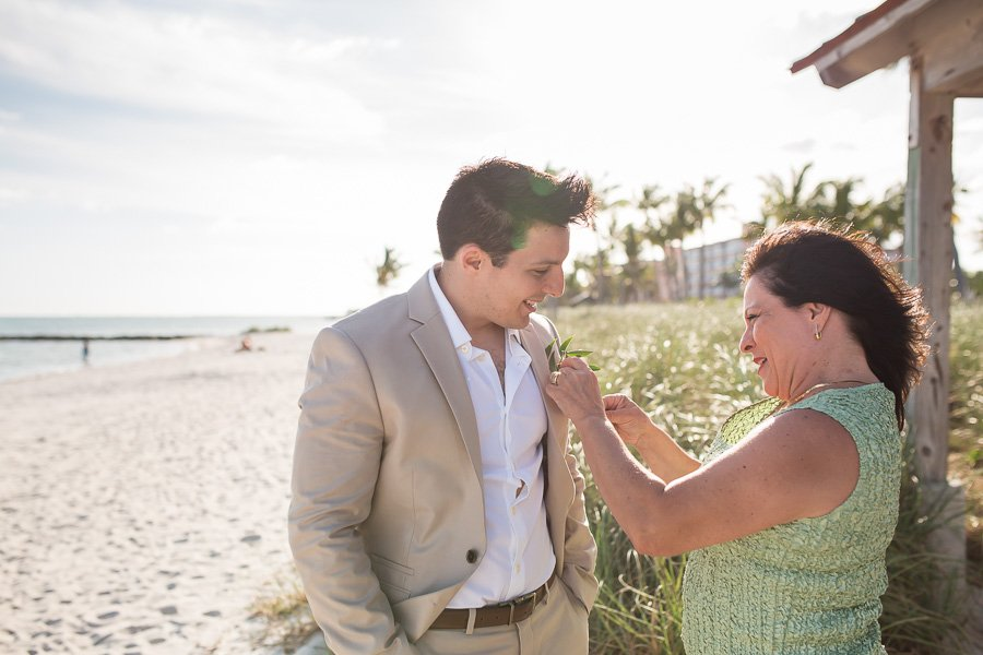 grooms mother pinning boutenniere