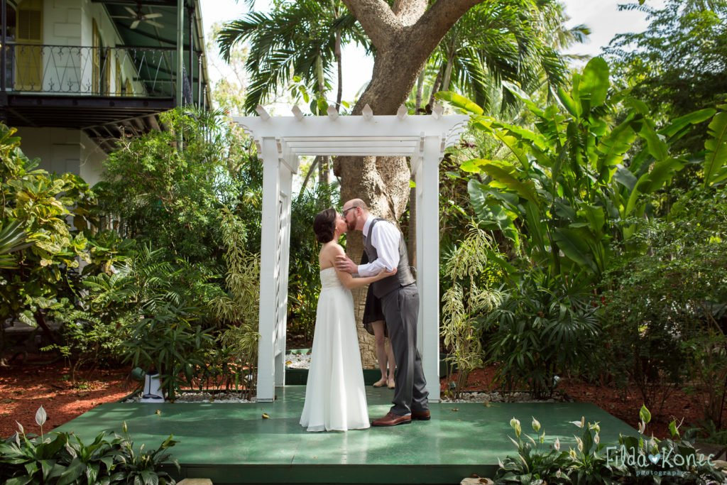 first kiss at hemingway home wedding